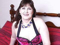 Naughty British Mature Lady Getting Dirty - MatureNL