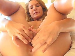 Preciosa anglosajona water insertion in shaved pussy beauty