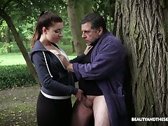 While jogging firsthand beauty Teressa Bizarre lures older neighbor for sex