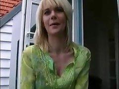 überraschter Kerl traf eine lustvolle Blondine auf der Straße